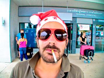 Le père Noël nous attend avec son traineau à la descente de l'avion.